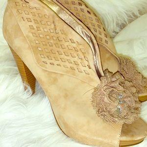 New Boutique Sued Heels w details!